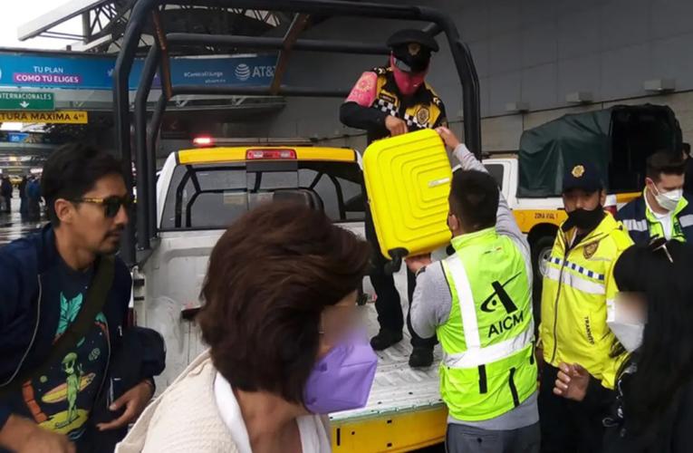 Policías ayudan a personas a llegar al aeropuerto de CDMX por bloqueos