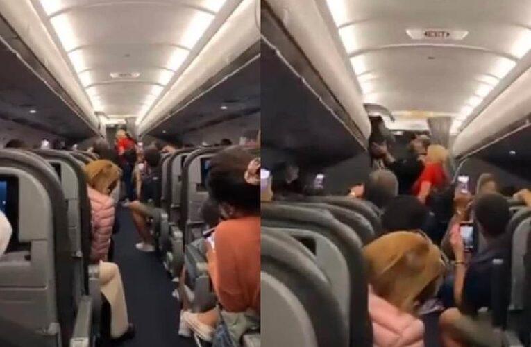 VIDEO: Bajan de avión a pareja por no usar cubrebocas; pasajeros se burlan cantando