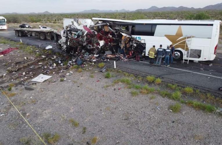 Choca autobús de pasajeros con tráiler; deja 16 muertos, en Sonora